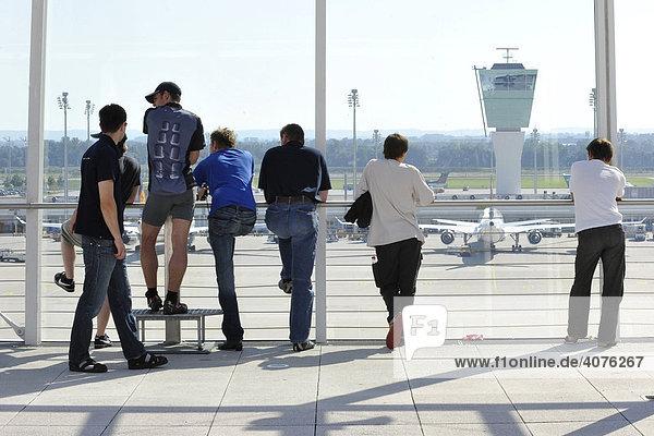 Menschen auf der Besucherterrasse am Terminal 2  Flughafen München  Bayern  Deutschland  Europa