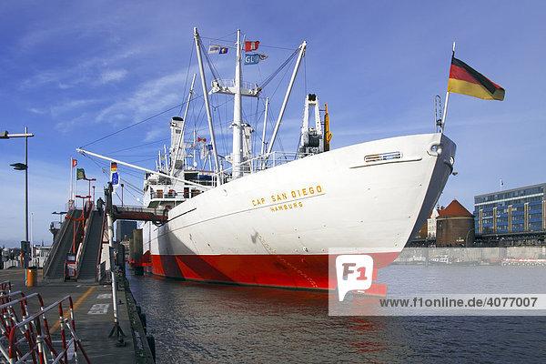 Schiff Cap San Diego an der Überseebrücke im Hamburger Hafen  Museumsschiff  Heckansicht  Hamburg  Deutschland  Europa