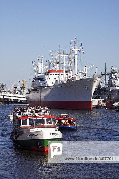Ausflugsboote mit Touristen passieren Museumsschiff Cap San Diego an der Überseebrücke im Hafen  Hamburger Hafengeburtstag 2008  Hamburg  Deutschland  Europa