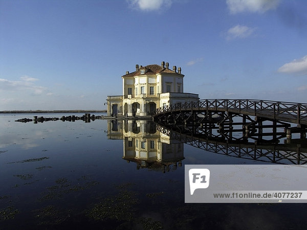 Jagdhaus  Royal Casina oder Ostrichina des Architekten Luigi Vanvitelli auf dem Fusaro See  Lago di Fusaro  Neapel  Bacoli  Kampanien  Italien  Europa