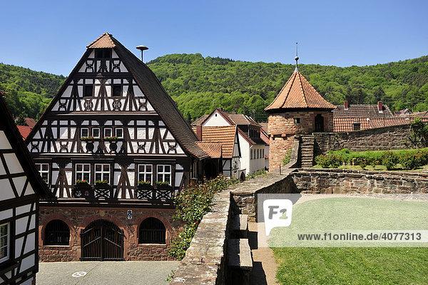 Fachwerkrathaus mit Friedhofsbefestigung  Dörrenbach  Naturpark Pfälzerwald  Pfalz  Rheinland-Pfalz  Deutschland  Europa