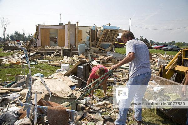 Freiwillige beim Aufräumen von Trümmern der Häuser ihrer Gemeinde  die von einem Tornado stark beschädigt oder zerstört wurden  Potterville  Michigan  USA