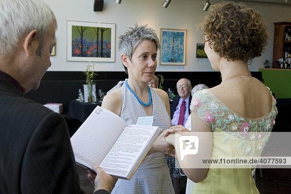 Ein lesbisches Paar wird in Kanada standesamtlich getraut  Windsor  Ontario  Kanada