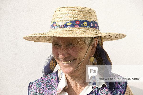 Bauersfrau mit Basthut auf der Quinta da Reina bei Viana do Castelo  Minho Gebiet  Region Nordportugal  Portugal  Europa