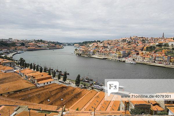 Rote Dächer und Douro Fluss  Porto  Portugal  Europa
