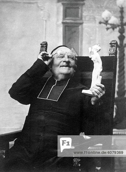 Priester beobachtet Frauenfigur  historische Aufnahme  ca. 1930