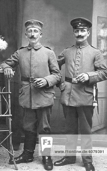 Zwei Männer in Uniform  historische Aufnahme  ca. 1915