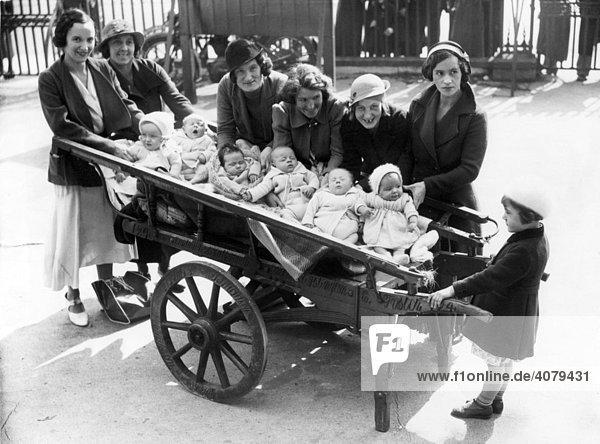 Wagenladung voller Babies  historische Aufnahme  ca. 1920
