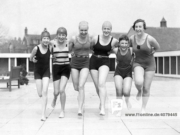 Gruppe Frauen in Badekleidung auf einem Bootssteg  historische Aufnahme  ca. 1920