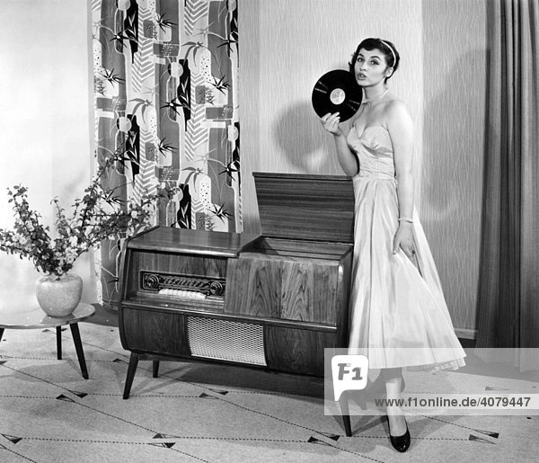 Frau posiert mit Plattenspieler und Platte  historische Aufnahme  ca. 1955