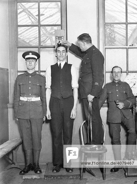 Großer Mann wird gemessen  Musterung  historische Aufnahme  ca. 1920
