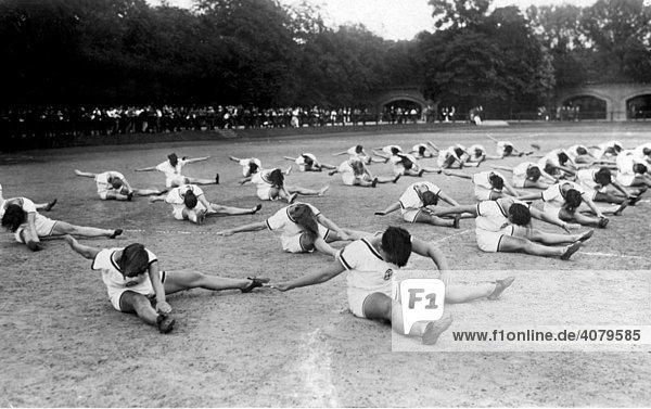 Historische Aufnahme  Frauen bei der Gymnastik