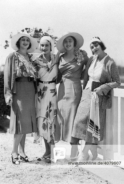 Historische Aufnahme  vier Frauen posieren mit Hüten