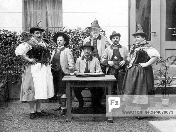 Historische Aufnahme  Männer  auch als Frauen verkleidet  ca. 1910  Bayern  Deutschland