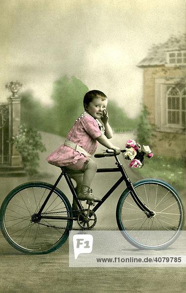 Historische Aufnahme  Kind mit Fahrrad  ca. 1910