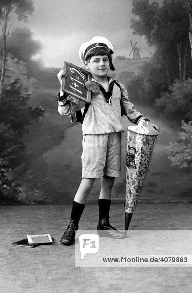 Historische Aufnahme  erster Schultag  ca. 1910