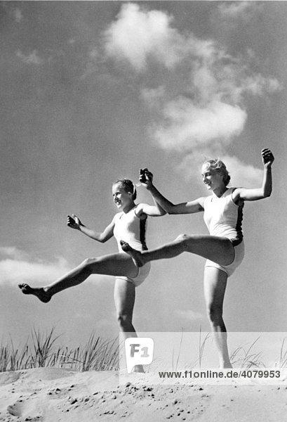 Historische Aufnahme  Frauen bei Gymnastik  ca. 1940