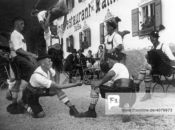 Historische Aufnahme  Bayern beim Fingerhakeln  Bayern  Deutschland  ca. 1930