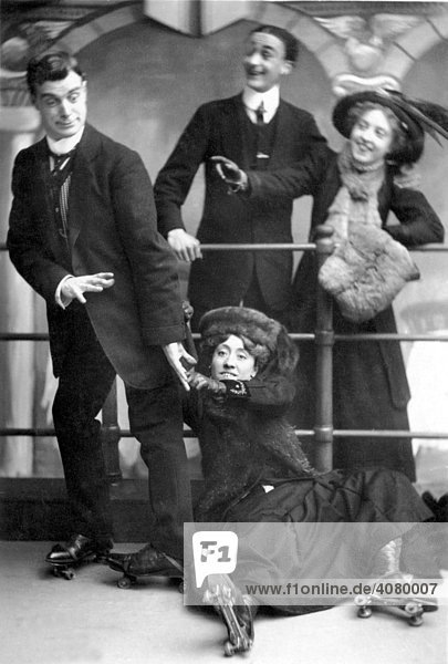 Historische Aufnahme  Paar beim Rollschuhlaufen ca. 1915