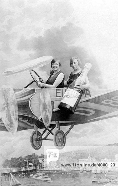 Historische Aufnahme  zwei Frauen im Flugzeug aus Pappe  ca. 1925