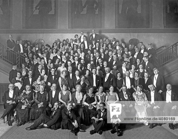 Historische Aufnahme  große Gruppe im Theater  ca. 1925