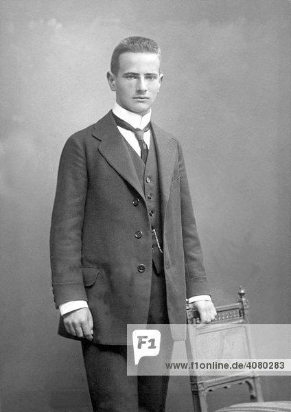 Historische Aufnahme  junger Mann in Abendgarderobe  ca. 1912