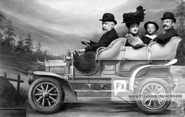 Familie im Pappauto  historische Aufnahme  ca. 1919