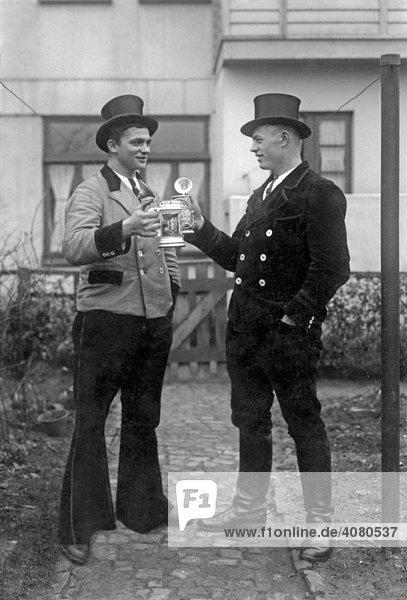 Zwei Schornsteinfeger trinken Bier  historische Aufnahme  ca. 1920