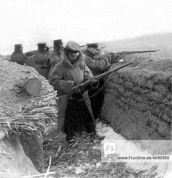 Soldaten im Schützengraben  historische Aufnahme  ca. 1915  Erster Weltkrieg