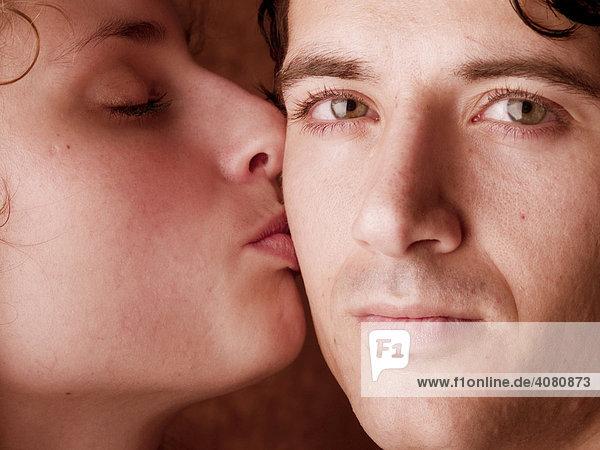 Paar  jung  küssen