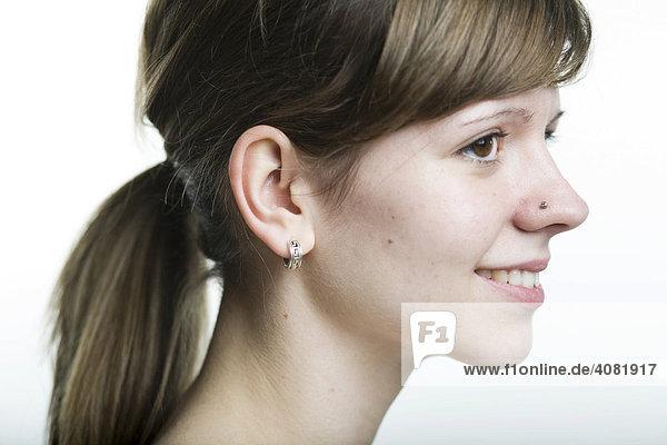 Portrait im Profil  junge Frau mit Pferdeschwanz