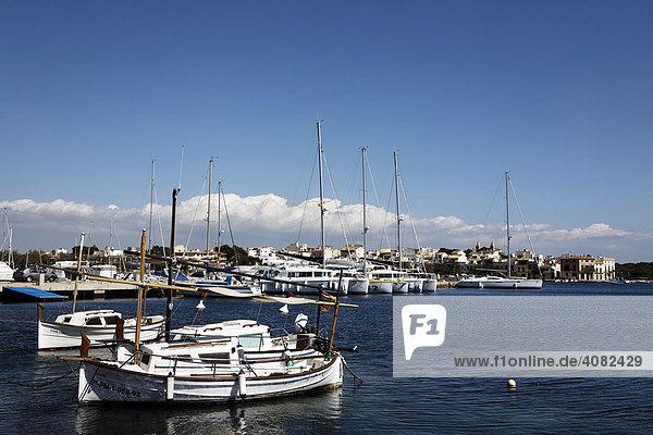 Boote im Hafen von Porto Colom  Mallorca  Balearen  Spanien