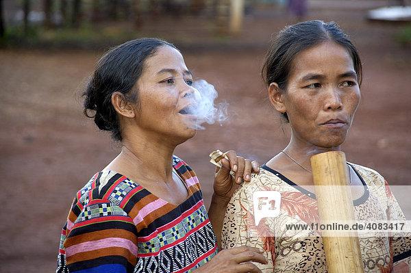 Frauen vom Volk der Katou rauchen Wasserpfeife Bolaven Bolovens Plateau bei Pakse Laos