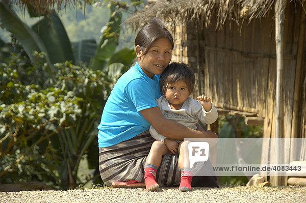 Lächelnde Mutter mit Baby im Arm Laos