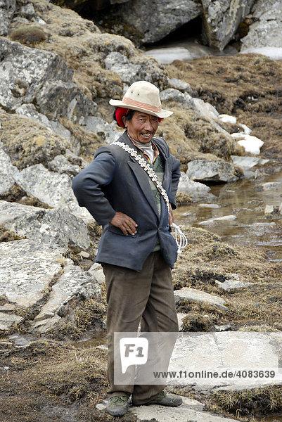 Lustiger Tibeter auf dem felsigen Chitu-La Pass 5100 m Tibet China