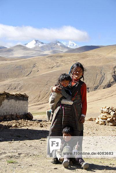 Tibetische Frau mit zwei Kindern im Dorf Zommung Mt. Everest im Hintergrund Tibet China
