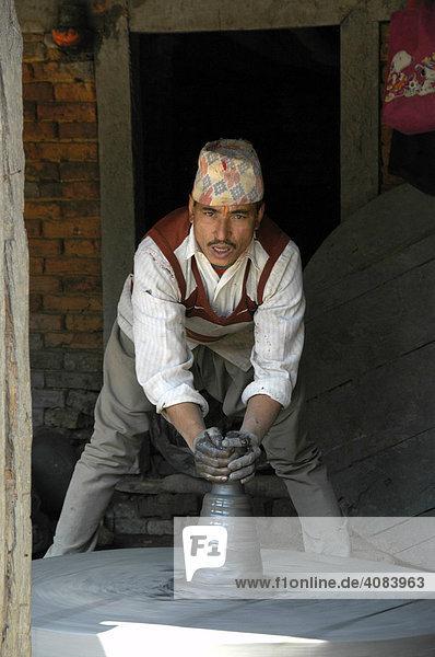 Töpfer bei der Arbeit an der Drehscheibe am Töpferplatz Potters' Square Bhaktapur Nepal