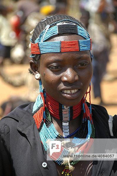 Junge Frau bunt geschmückt Markt in Keyafer Äthiopien