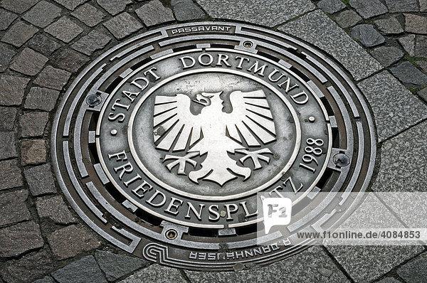 Wappen  Gullydeckel  Friedensplatz  Dortmund  Nordrhein-Westfalen  Deutschland  Europa