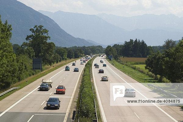 Inntal Autobahn mit Autoverkehr bei Neubeuern Oberbayern