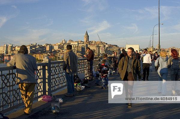 Istanbul Türkei Galater Brücke am Abend vor dem Stadtteil Galata