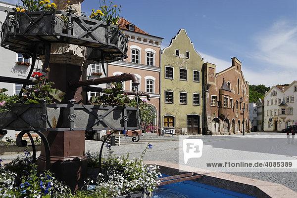 Kraiburg am Inn Kreis Mühldorf Oberbayern Deutschland Markplatz mit Mariensäule und Brunnen