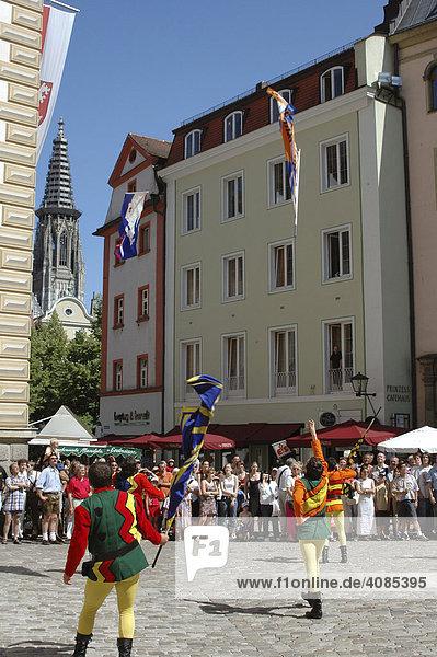 Regensburg Oberpfalz Bayern Deutschland Bürgerfest in der Altstadt Fahnenschwinger vor dem Alten Rathaus