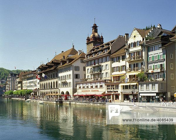 Luzern Kanton Luzern Schweiz Altstadt über der Reuss