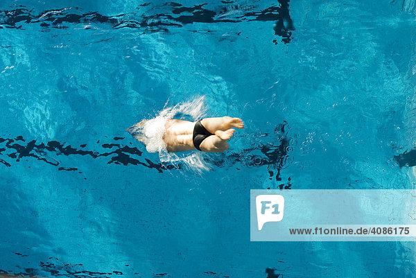 Mann beim Schwimmen im Schwimmbad hallenbad