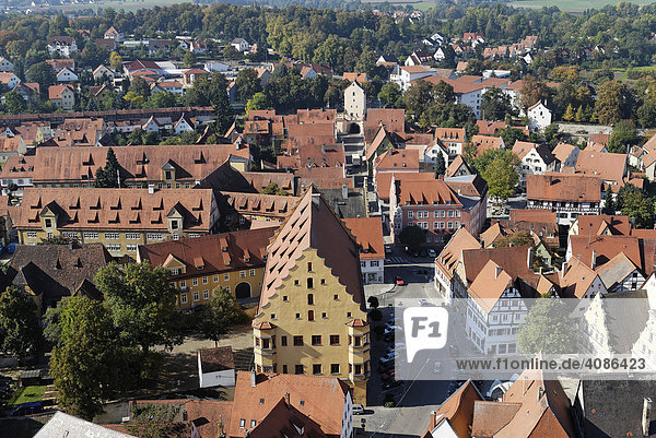 Nördlingen Schwaben Bayern Deutschland vom Turm der Pfarrkirche St. Georg auf die südliche Altstadt mit Weinmarkt Hallhaus und Berger Tor