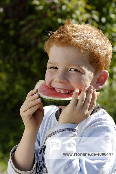 Junge isst eine wassermelone