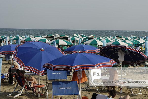 Viele bunte Sonnenschirme an der Adria bei Caorle Venetien Italien