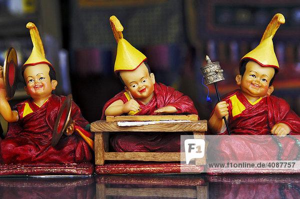 Lustige Figuren im Souveniershop im Drepung Kloster (Gelbmützenkloster) nahe Lhasa  Tibet  Asien