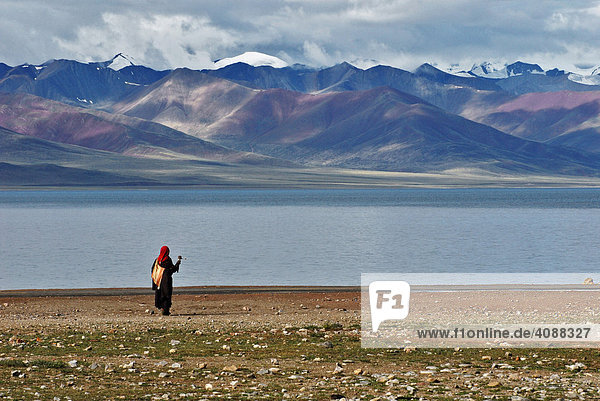Tibeterin mit Gebetsmühle am Nam-Tsho-See  höchster See der Welt  4718m  Tibet  Asien